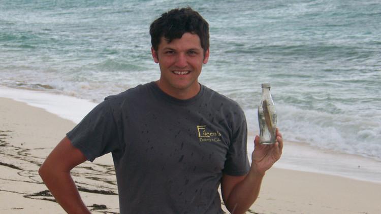 Lanzan un mensaje en una botella al océano y varias décadas después le llega a su hija