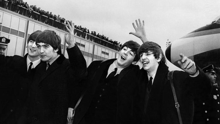 Hallan una carta que John Lennon le escribió a la reina Isabel II valorada en más de 70.000 dólares