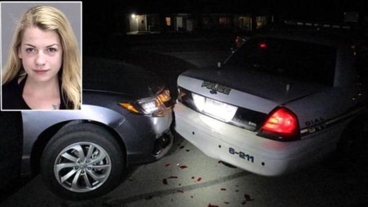 Una joven choca su auto contra una patrulla policial mientras tomaba un 'selfie' de sus pechos