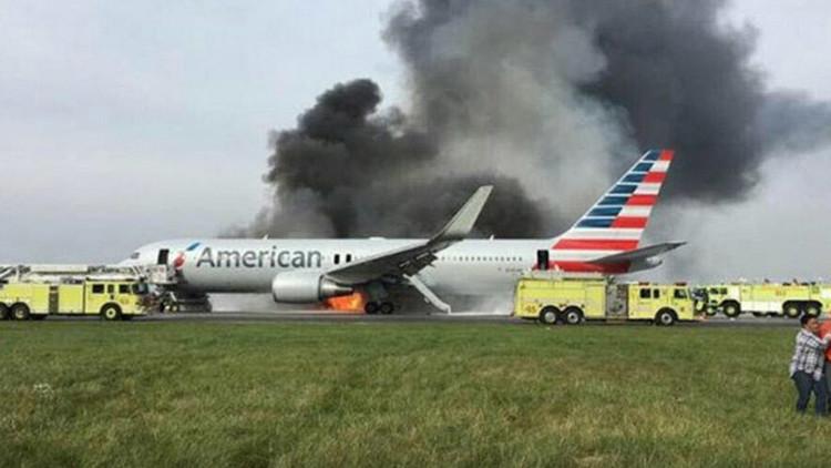 EE.UU.: Un avión de American Airlines se incendia cuando iba a despegar (Videos)