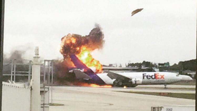 EE.UU.: Un avión de carga de FedEx explota en Florida tras el aterrizaje (video)