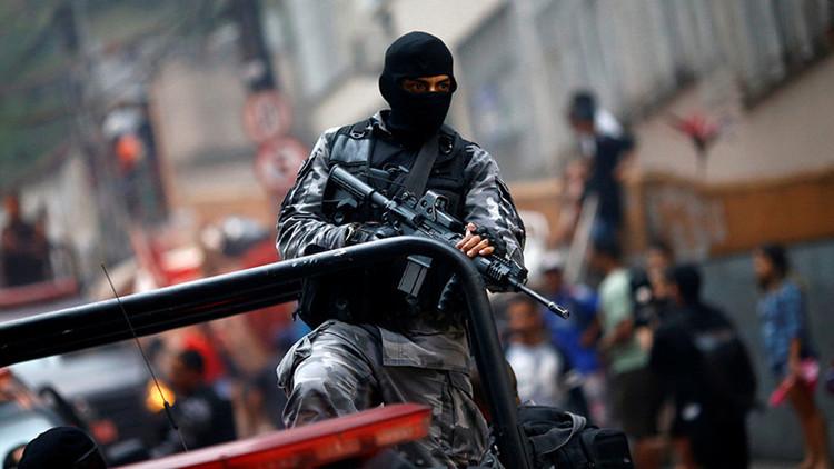 Protestas en Brasil: Policía desaloja escuela tomada y se lleva estudiantes esposados