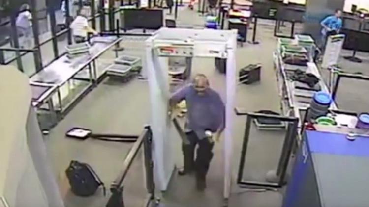 Video espeluznante: Hombre con un machete siembra el caos en un aeropuerto de EE.UU.