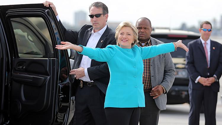 """WikiLeaks: Un periodista comparó a los miembros de la campaña de Clinton con """"excrementos de ave"""""""