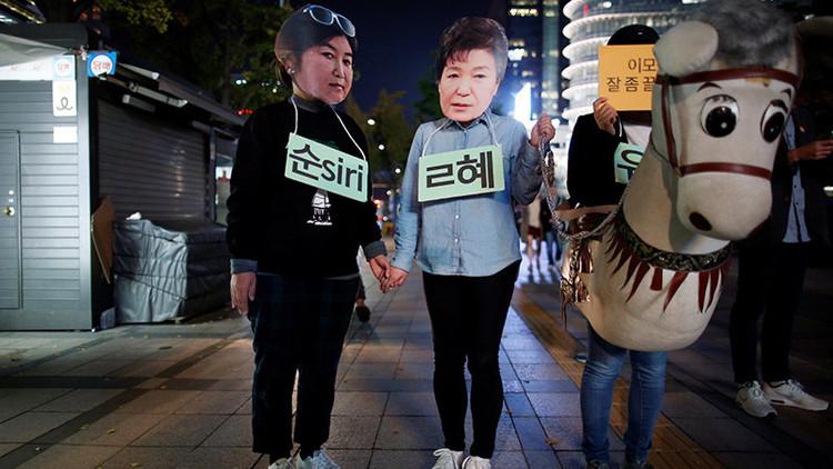 """¿Dimisión por malas amistades? Tildan de """"marioneta"""" a la presidenta de Corea del Sur"""