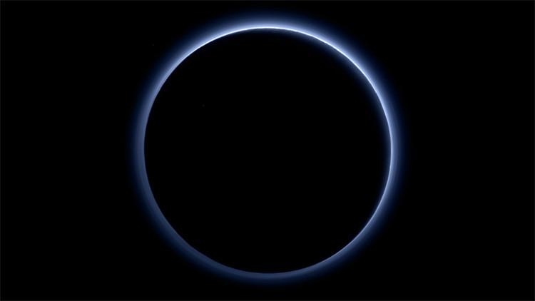 La capa de calina azul alrededor de Plutón captada por la sonda New Horizons.