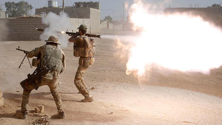 Miembros de una unidad policial de las fuerzas especiales iraquíes disparan sus armas contra el EI en Al Shura, al sur de Mosul, el 29 de octubre de 2016