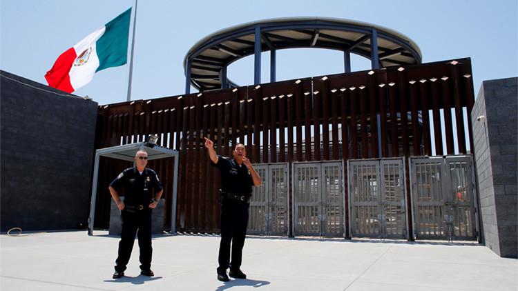El Director de Aduanas y Protección Fronteriza, Sidney Aki durante el recorrido por el nuevo paso de entrada peatonal de México a los Estados Unidos en San Ysidro, California, Estados Unidos 30 de junio de 2016. REUTERS / Mike Blake.