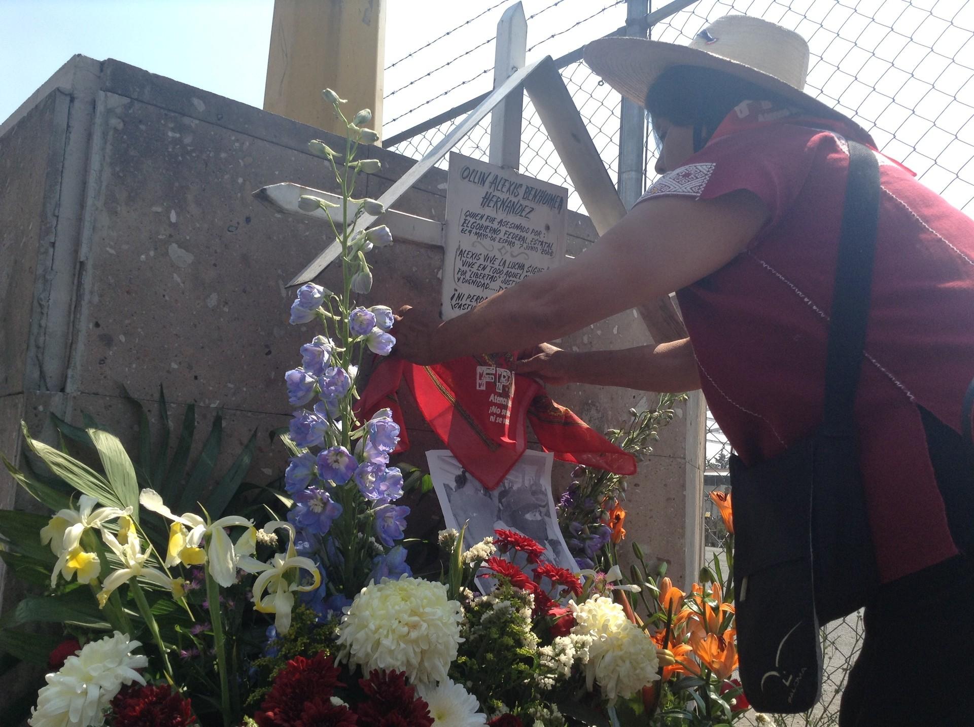 Ofrenda a Alexis Benhumea, estudiante asesinado por una bala policial en Atenco en 2006