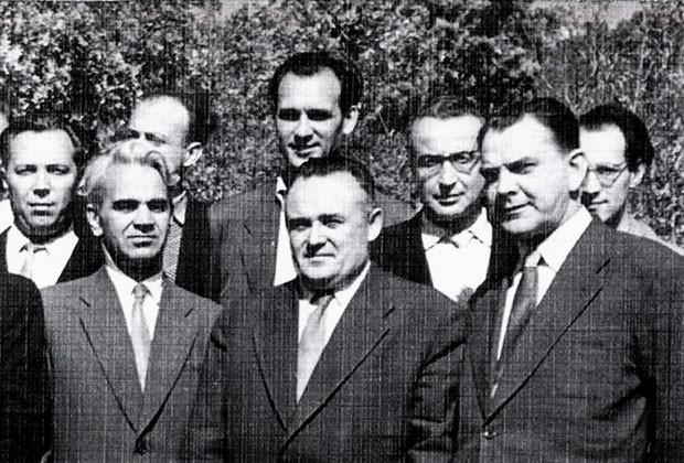 Rudolf Bakitko (a la derecha en la segunda fila) y el equipo de Korolióv