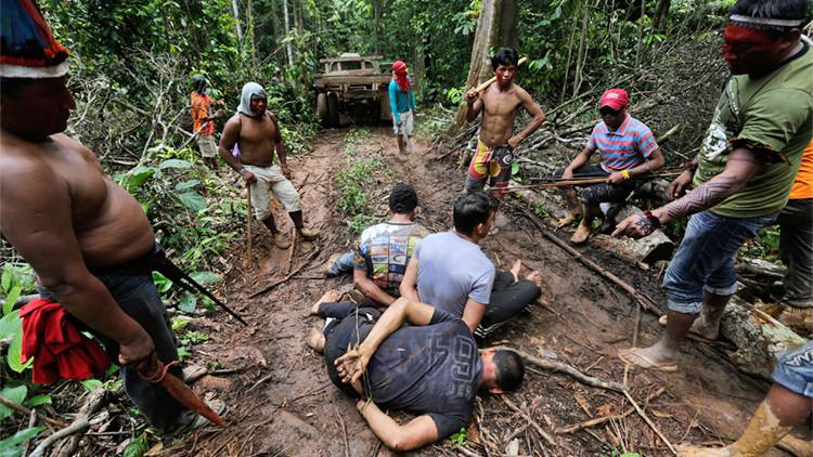 Guerreros indígenas atan a madereros durante una expedición de la selva para  expulsarlos del territorio indio Alto Turiacu, estado de Maranhao, en la cuenca del Amazonas.