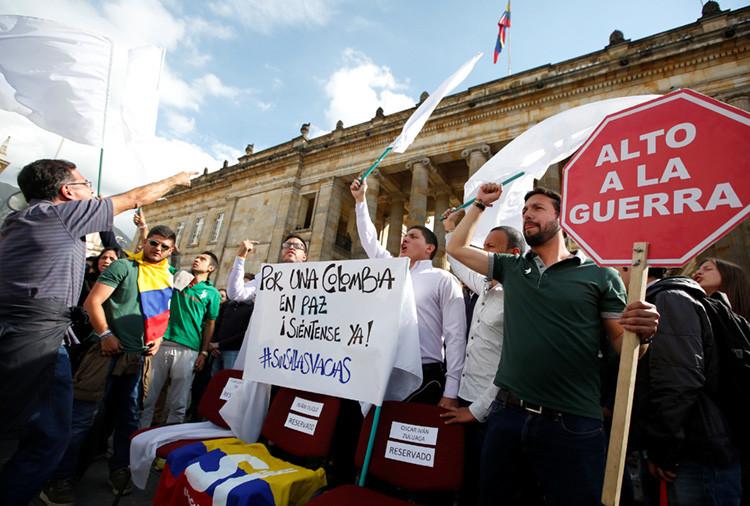 Varios estudiantes y simpatizantes del acuerdo de paz, durante una manifestación ante el Congreso de Bogotá, Colombia, 3 de octubre de 2016.