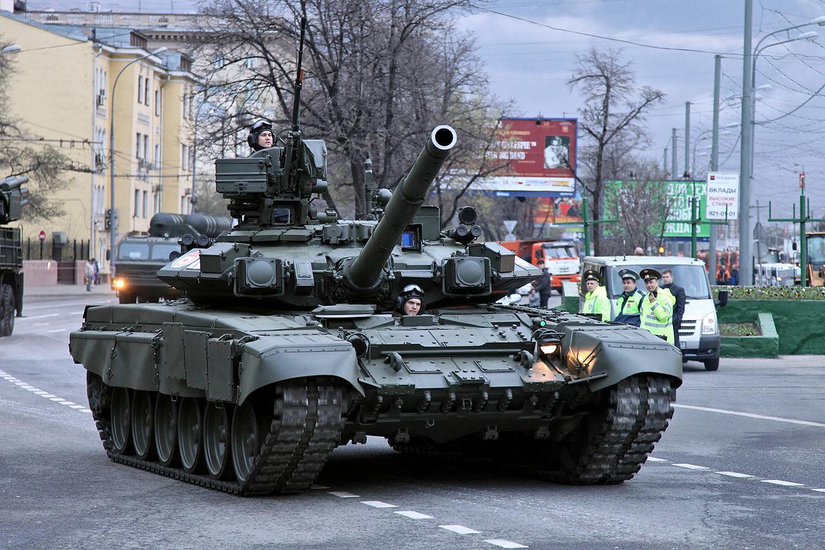 Un tanque T-90 participa en un desfile militar en Rusia.