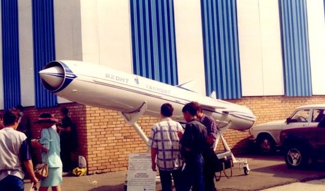 El proyectil supersónico P-800 Oniks se exhibe en una exposición temática.