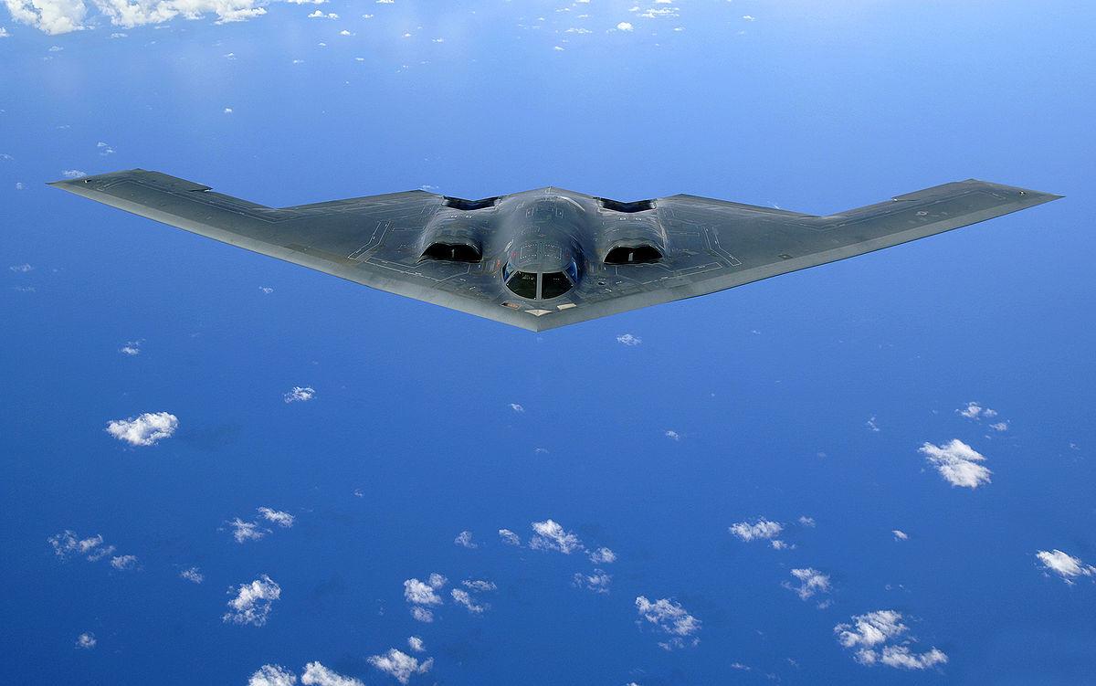 Un bobmardero B-2 Spirit sobrevuela el Océano Pacífico.