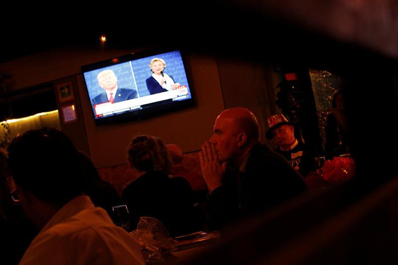 Estadounidenses siguiendo el debate electoral en televisión