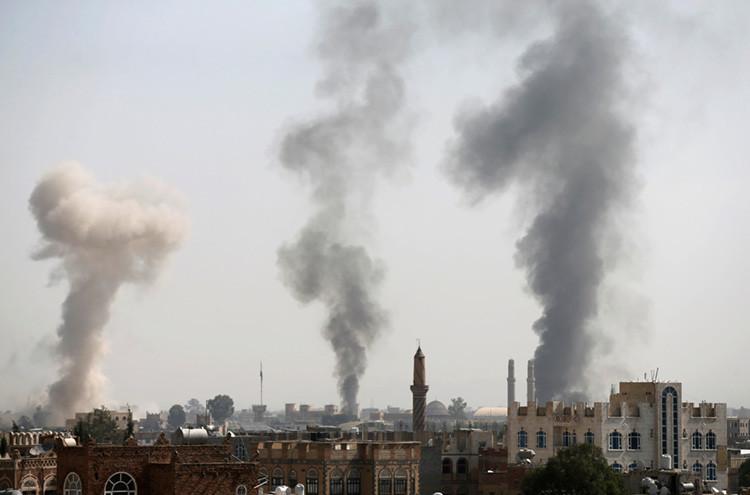Columnas de humo en Saná tras un bombardeo de la coalición saudita