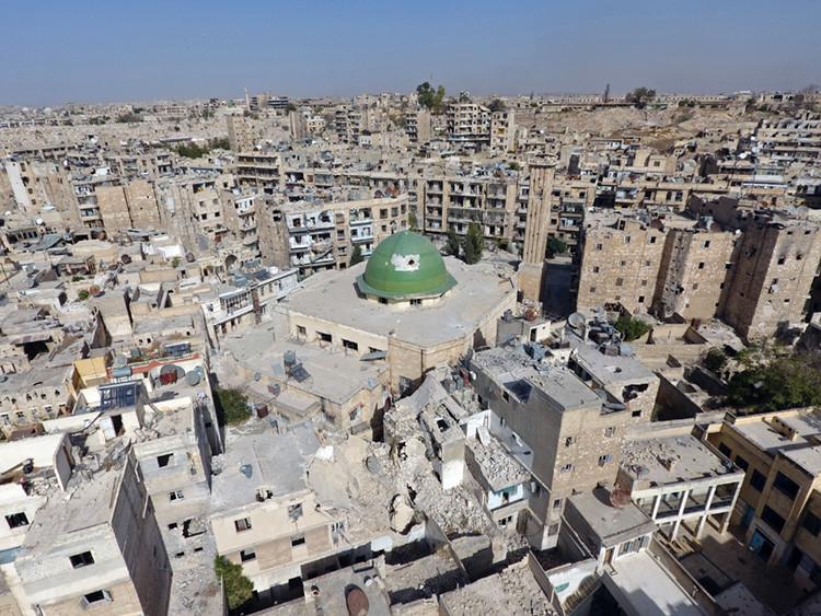 Edificios destruidos junto a una mezquita en el casco antiguo de Alepo, Siria, el 13 de octubre de 2016.