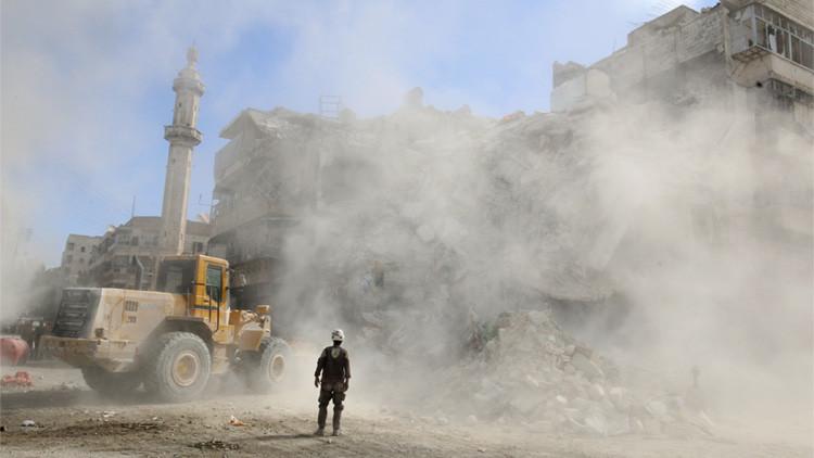 Un cargador retira unos escombros tras un ataque aéreo registrado en Alepo el 17 de octubre de 2016.