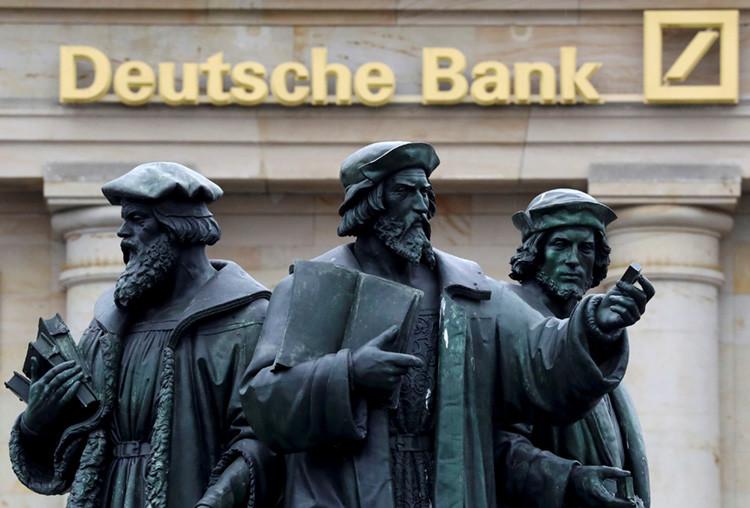 Estatua frente a una sucursal de Deutsche Bank en Frankfurt