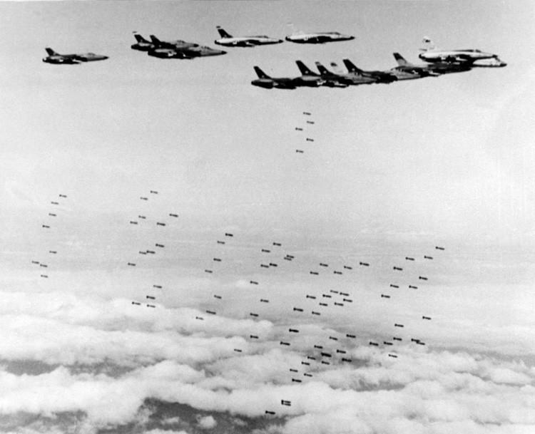 Cazabombarderos F105 Thunderchief de EE.UU. bombardean objetivos estratégicos durante la guerra de Vietnam en el norte del país.