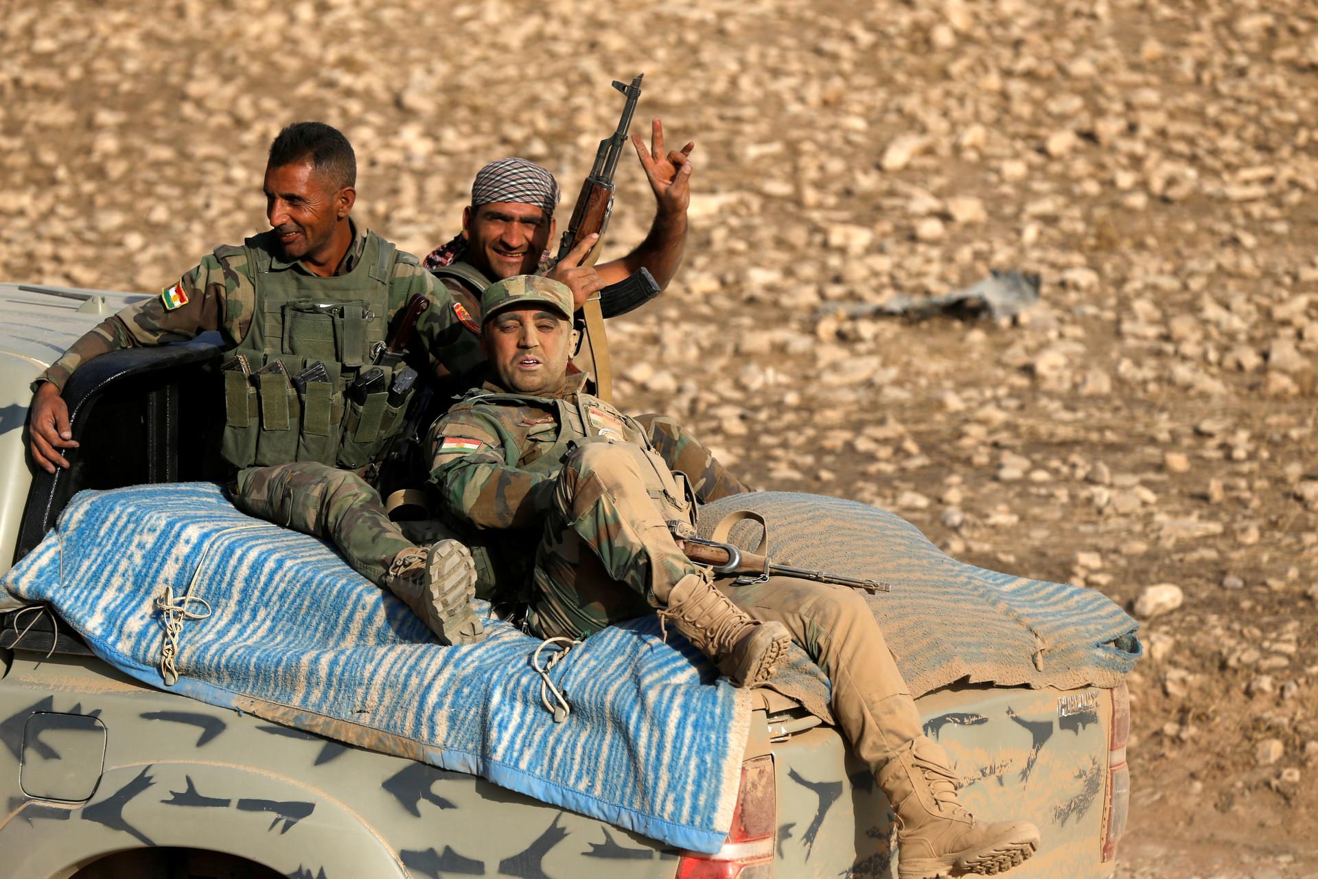 Miembros de las fuerzas kurdas de la Peshmerga sobre un vehículo en el este de Mosul, Irak, durante una operación contra el Estado Islámico, el 18 de octubre de 2016.