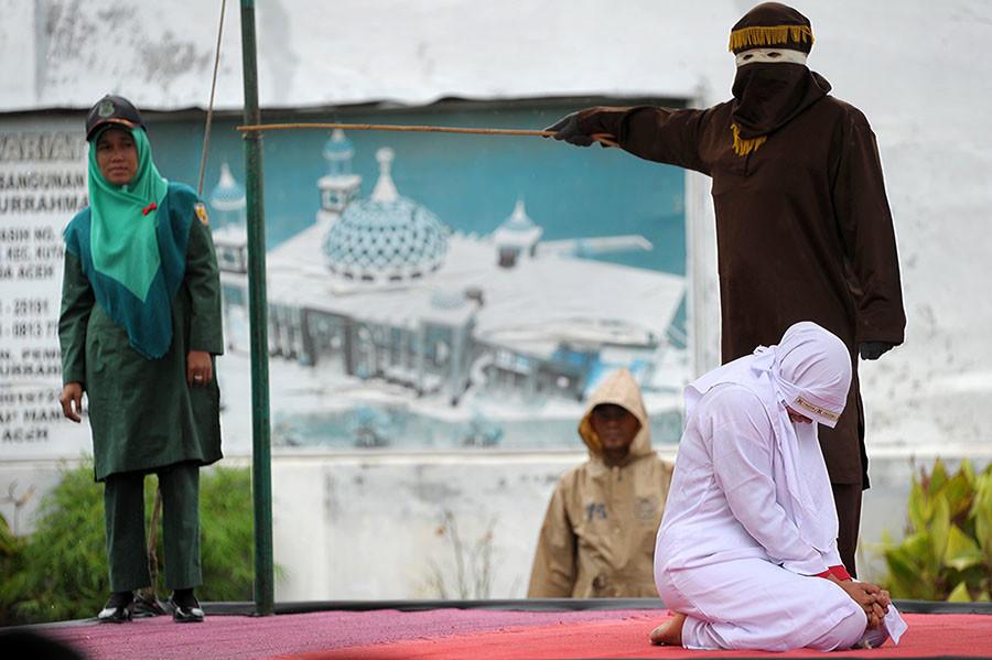 Una mujer musulmana momentos antes de ser castigada públicamente en Banda Aceh, Indonesia