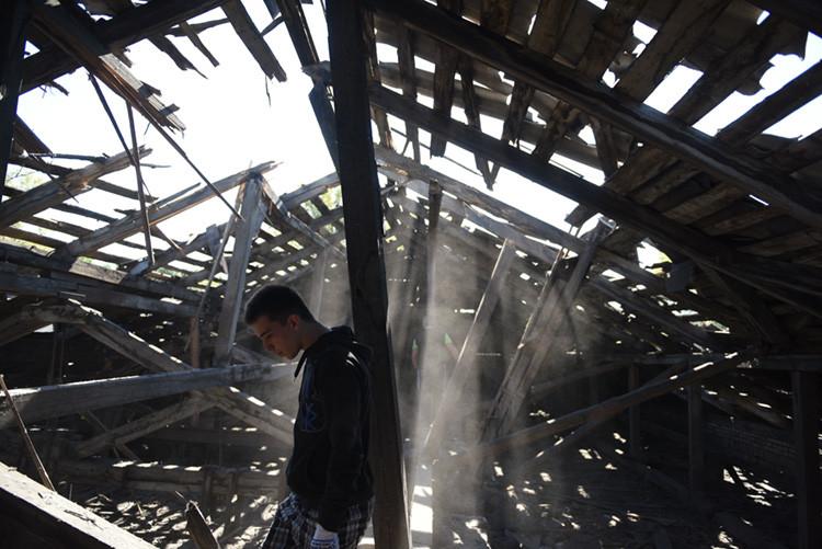 El techo de una escuela secundaria de la ciudad de Makéyevka, en Donetsk, destruido por fuego de la artillería de las Fuerzas Armadas de Ucrania.