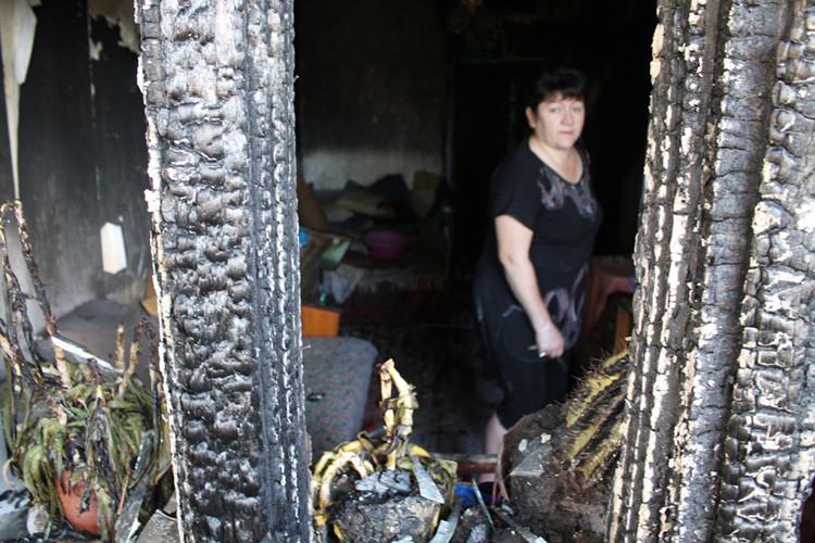 Una mujer en un apartamento afectado por los bombardeos de las tropas ucranianas en una zona de Donetsk.