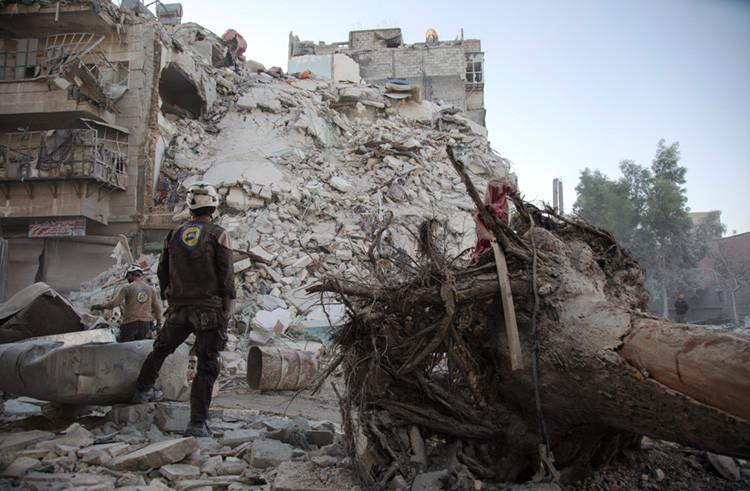 Un combatiente de las Unidades de Protección Popular junto a unos escombros en el norte de la ciudad siria de Alepo, el 17 de octubre de 2016.