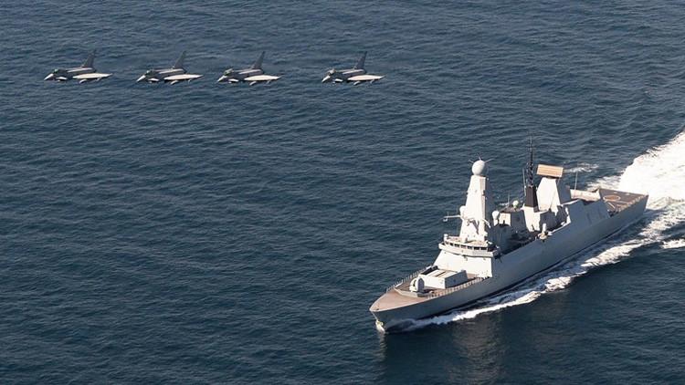 Aviones de la real fuerza aérea y un destructor de la Armada Real británica