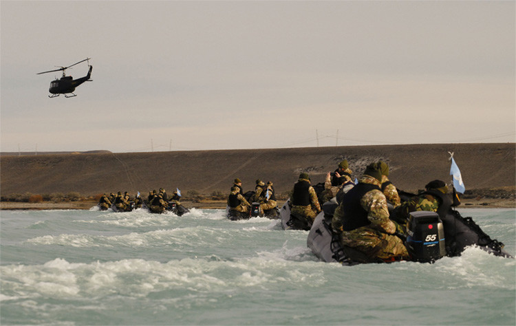 Tropas argentinas realizando maniobras militares en la Patagonia