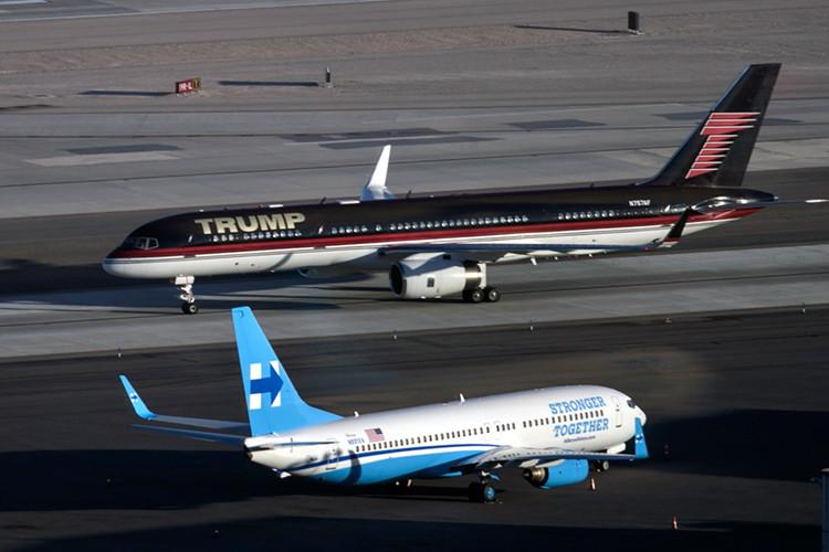 El avión del republicano Donald Trump y él de la demócrata Hillary Clinton en el aeropuerto internacional McCarran en Las Vegas, Nevada, EE.UU., el 18 de octubre.