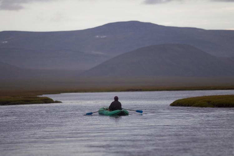 Un hombre navega en una lancha neumática en las inmediaciones de Lórino, Chukotka, Lejano Oriente de Rusia).
