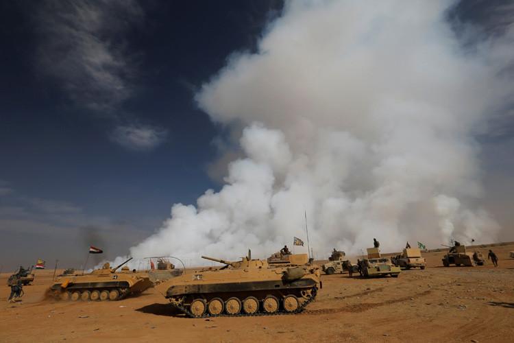 EL ejército iraquí se reúne después de la liberación de un pueblo de los militantes del EI, en el sur de Mosul, Irak, el 21 de Octubre 2016.