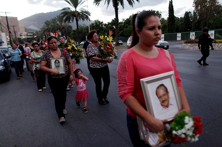 Familiares y amigos de las víctimas de un ataque contra el casino Royale, perpetrado por Los Zetas el 25 de agosto de 2011, marchan por el cuarto aniversario de ese hecho ocurrido en Monterrey, MéxicoDaniel Becerril