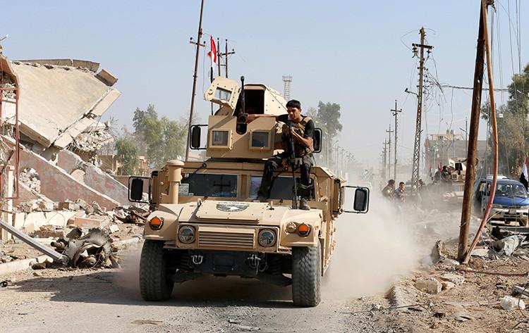 Un soldado iraquí patrulla en la ciudad de Qaraqosh, cerca de Mosul, en busca de militantes del Estado Islámico, el 30 de octubre de 2016