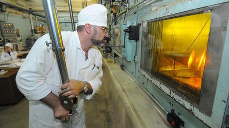 Un trabajador en la empresa para el almacenamiento y el reprocesamiento del combustible nuclear utilizado, ubicada cerca de la ciudad rusa de Ozyorsk.