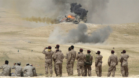 Unos soldados toman fotografías de las consecuencias de los bombardeos aéreos efectuados durante las maniobras sauditas 'Trueno del norte' en Hafar Al Batin, cerca de la frontera de Arabia Saudita con Irak, 10 de marzo de 2016.