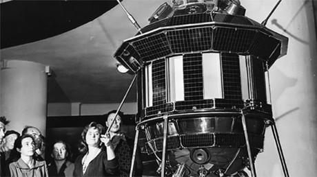 Un modelo de la estación interplanetaria Luna 3, lanzada el 4 de octubre de 1959, que transmitió la primera vez en la historia una imagen de la cara oculta de la Luna a la Tierra (Museo Estatal Tsiolkovski de Historia de la Cosmonáutica)