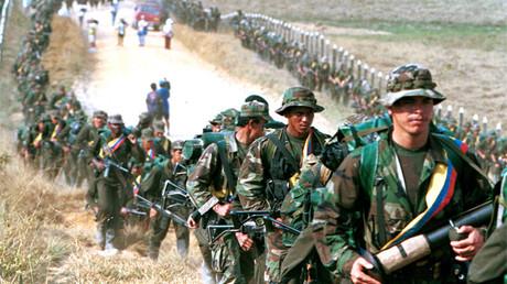 Decenas de integrantes de las FARC patrullan las carreteras próximas a San Vicente del Caguán, Caquetá, Colombia, 9 de enero de 2016.
