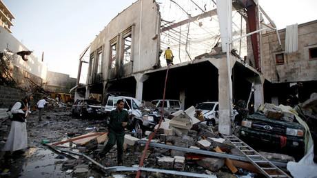 El lugar del bombardeo llevado a cabo por la coalición internacional de Arabia Saudita en Saná, Yemen, el 8 de octubre de 2016.