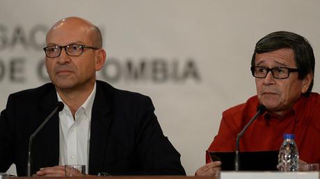 El jefe de la delegación del Gobierno de Colombia, Mauricio Rodríguez (izquierda), y el jefe de la delegación del ELN, Pablo Beltrán, en Caracas el 10 de octubre de 2016