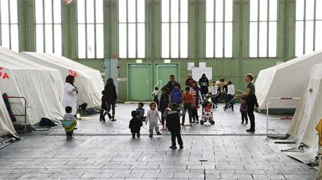 Hijos de inmigrantes dentro de un hangar del antiguo aeropuerto de Tempelhof, Berlín, Alemania.