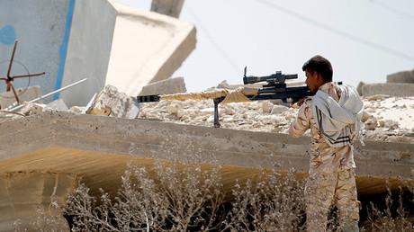 Un francotirador chiita hace guardia cerca de Faluya (Irak) el 23 de mayo de 2016.