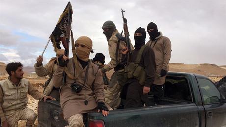 Milicianos de Frente Al Nusra portan sus armas en Arsal (Líbano) el 1 de diciembre de 2015.