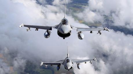 Aviones de combate F-16 de la Fuerza Aérea belga sobrevuelan Bélgica el 19 de julio de 2012 durante un ensayo del desfile militar con motivo del Día Nacional de este país.