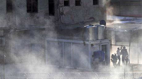 Una columna de humo se eleva de un lugar atacado por el Estado Islámico en Kirkuk (Irak).