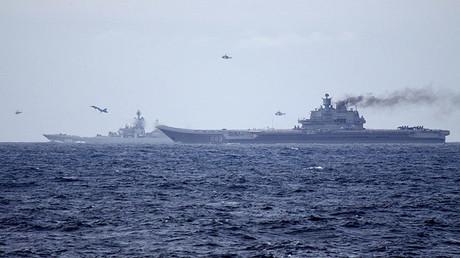 Portaaviones Admiral Kuznetsov y crucero de propulsión nuclear Piotr Veliki atravesando el  Canal Inglés.