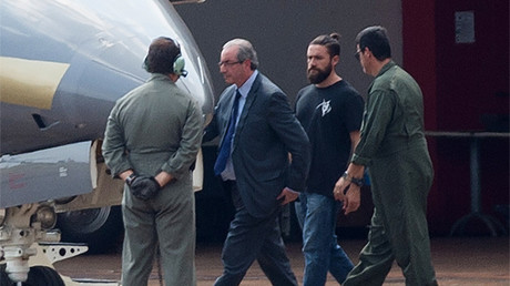 El policía 'hípster' (segundo por la derecha) escolta al expresidente de la Cámara Baja de Brasil, Eduardo Cunha, Brasilia, el 19 de octubre de 2016.